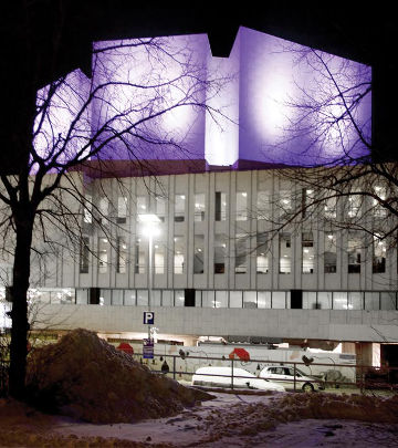 Des projecteurs ColorReach de couleur violette attirent le regard sur le splendide bâtiment du Finlandia Hall