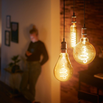 Ampoules LED Vintage Philips suspendues au plafond avec le filament bien visible